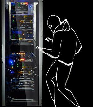 Cyber-Krimineller am Serverschrank | Sinnbild für die Cyber-Risiken, gegen die Sie sich mit einer Hiscox Cyber-Versicherung absichern können