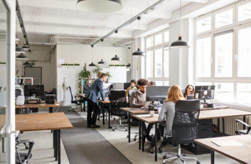 Ein offenes Büro mit Mitarbeitern