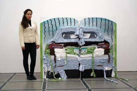 Die Hiscox Kunstpreis Gewinnerin Frieda Toranzo Jaeger vor Ihrem Werk
