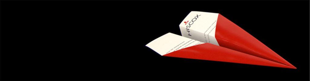 Roter Papierflieger mit Brief