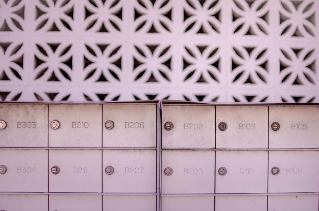 Weiße Briefkästen