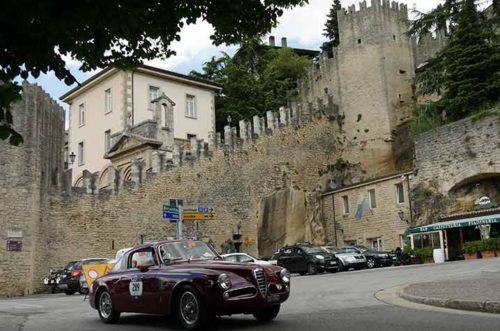 Mille Miglia: Fahrzeug vor der Burg in San Marino