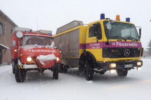 Gelb-violettes Oldtimer-Feuerwehrauto im Schnee