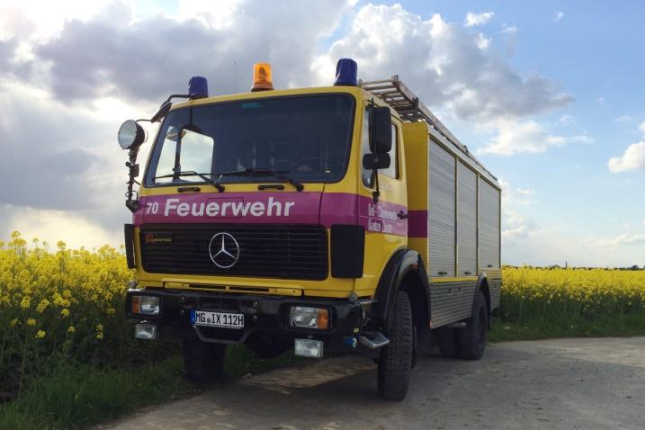 Gelb-violettes Oldtimer-Feuerwehrauto im Sommer