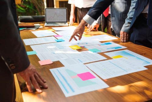 Business-People diskutieren strategisch