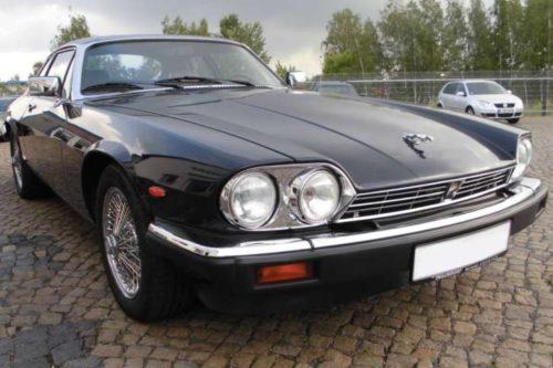 Unbeschädigtes Fahrzeug vor dem Jaguar-Brand