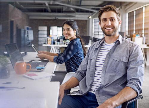 Lockere und freundliche Menschen in modernem Büro