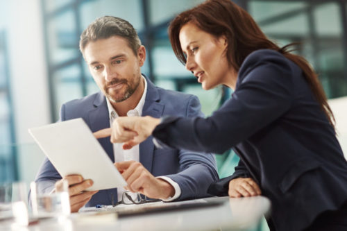 Frau erklärt Mann Business-Tipps