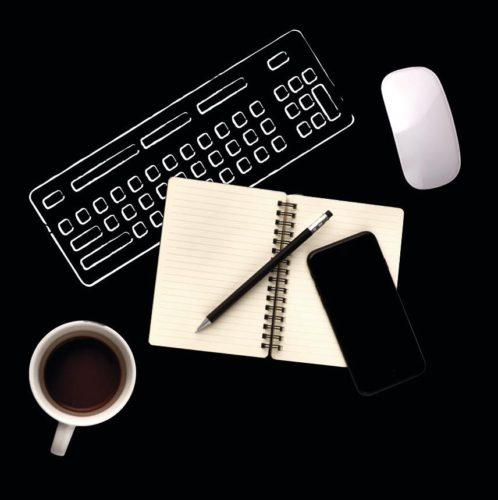 Die typischen Arbeitsmaterialien eines Freiberuflers wie Tastatur, Handy und Maus