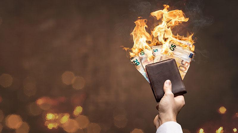 Geldscheine verbrennen in Geldbeutel